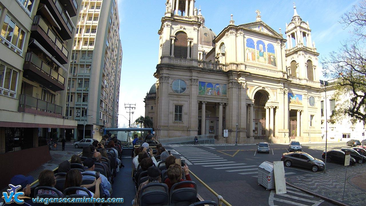 Linha Turismo passando pela Catedral de Porto Alegre