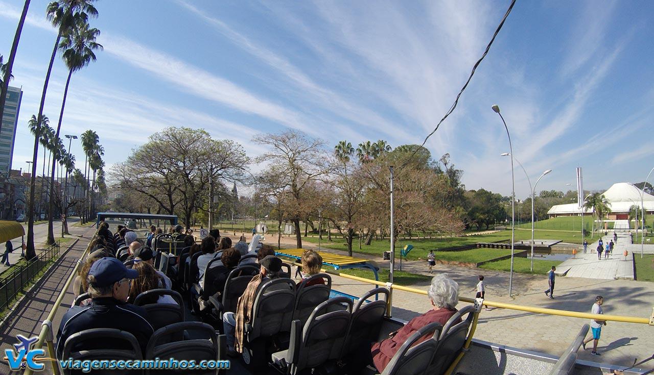 Linha Turismo passando pelo Parque Farroupilha