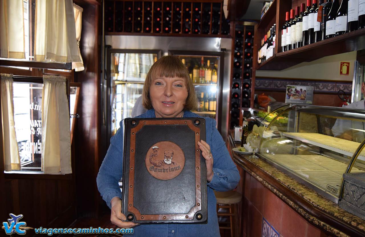 Sra. Marlene e o livro que conta um pouco da história do Gambrinus