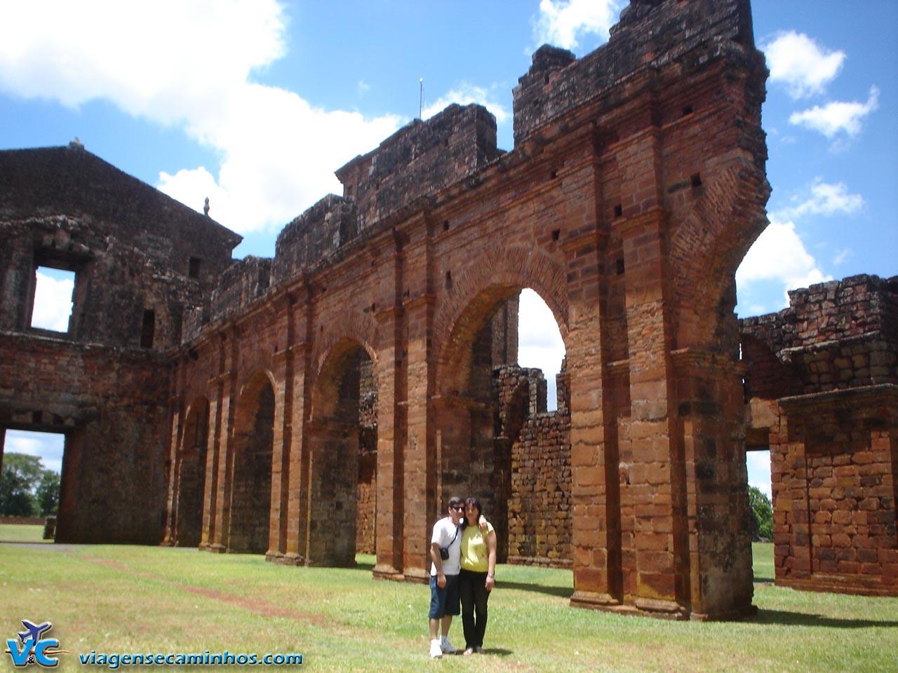 Parte interna das ruínas da igreja de São Miguel Arcanjo