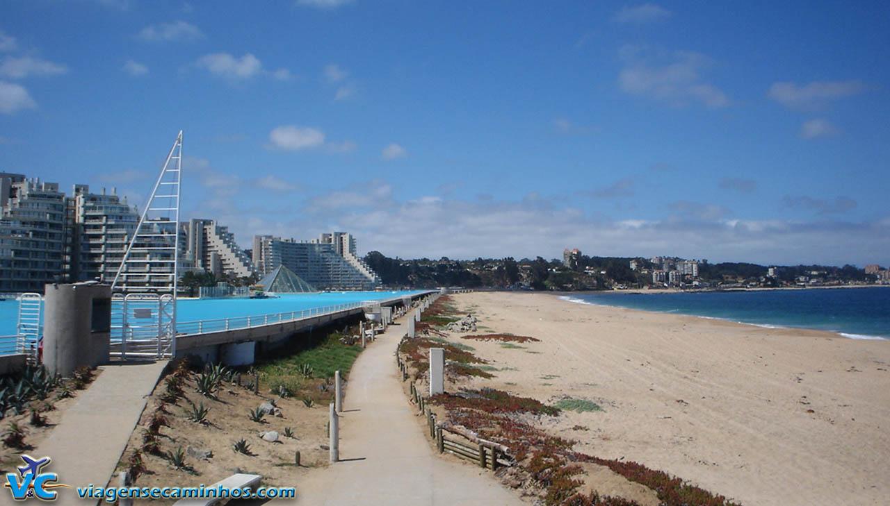 Maior piscina do mundo e o Oceano Pacífico ao lado