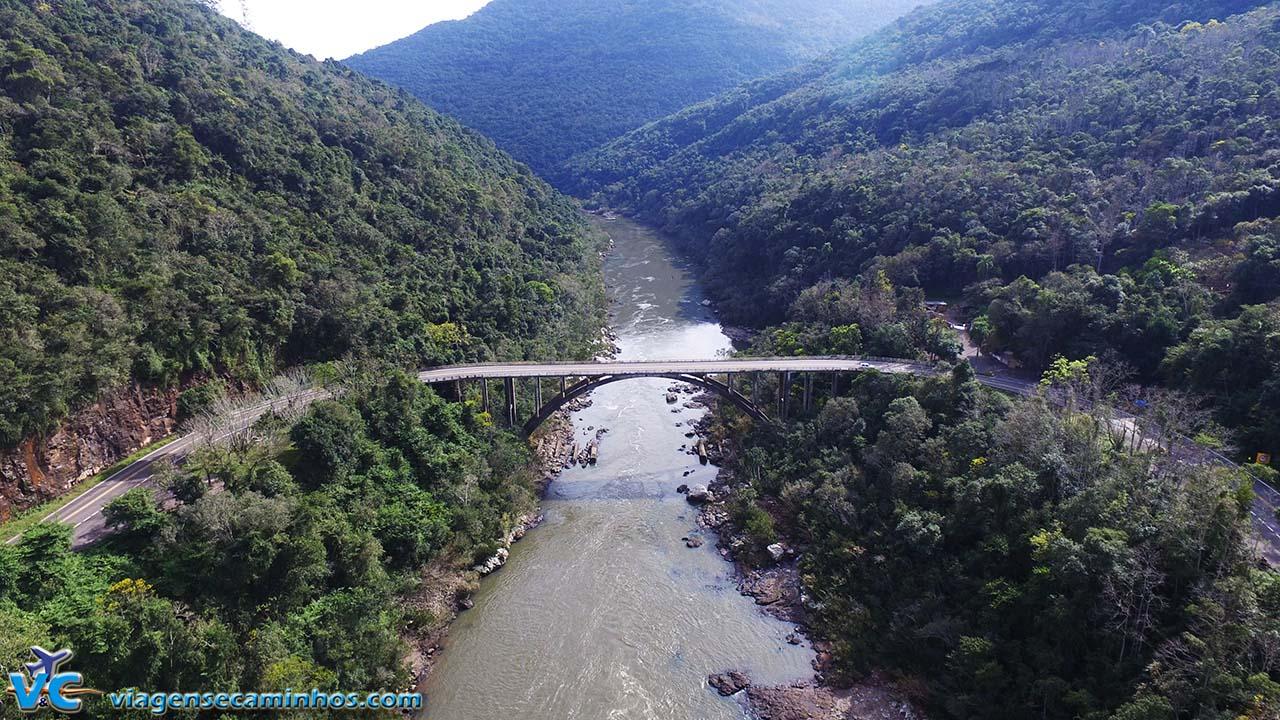Foto com drone da Ponte do Rio das Antas, na BR-116